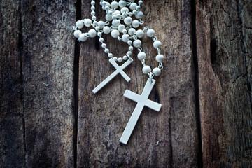 Leinwandbilder - necklace white crucifix on old wooden table