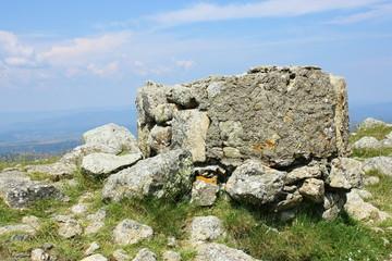 cairn en pierres en  sommet de montagnes