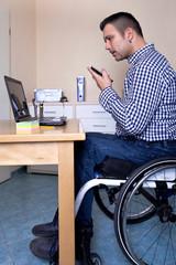 Rollstuhlfahrer erledigt Büroarbeit