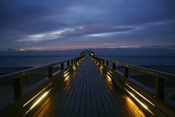 Seebrücke im Ostseebad Kellenhusen bei Sonnenaufgang