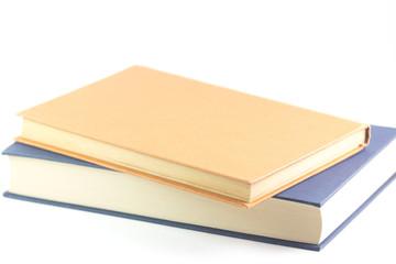 Due libri su sfondo bianco