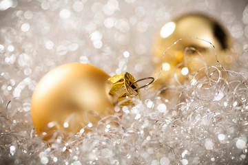 Weihnachtskugeln im Engelshaar