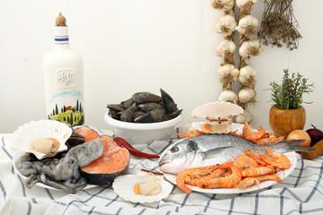 pesce assortito su tavolo di legno bianco