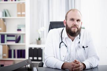 Ein Arzt an seinem Schreibtisch