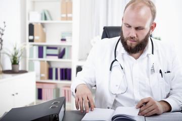 Arzt sucht einen freien Termin in seinem Kalender