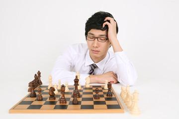 스튜디오 안에서 체스 게임 하는 비즈니스맨