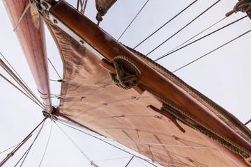 Segel und Seile auf historischem Segelboot