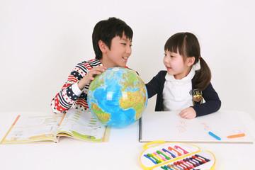 지구본을 보는 여자아이와 남자아이