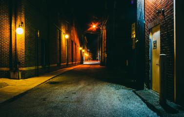 Dark alley at night in Hanover, Pennsylvania. Fotomurales