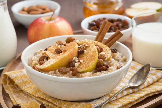 oatmeal with apples, raisins, cinnamon and ingredients