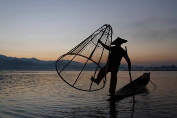 Silhouette sur le lac Inle