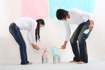 스튜디오 안에서 페인트 칠하는 젊은 커플