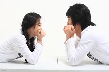스튜디오 속 젊은 대학생 커플