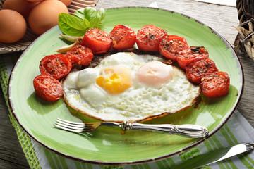 uova al tegamino con pomodorini al forno