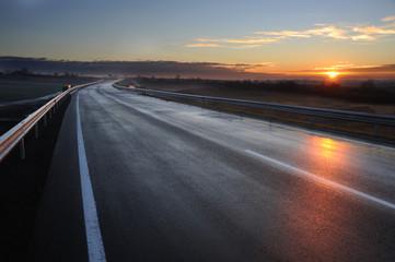 Neue Schnellstraße kurz vor der Eröffnung bei Sonnenaufgang