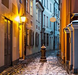 Wąska średniowieczna ulica w starym mieście w Rydze, Łotwa, Europa - 74998810