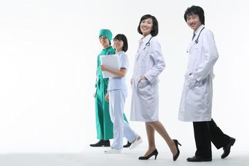 스튜디오 안의 의사가운을 입은 의사와 수술복을 입은 의사