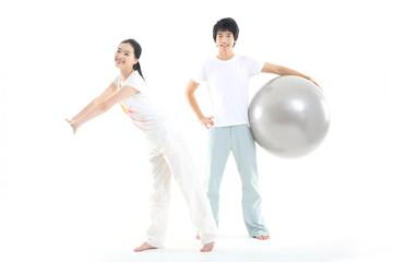스튜디오에서 운동하는 젊은 남성과 여성