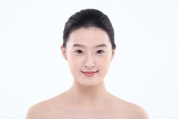 스킨케어컨셉의 여성 얼굴 클로즈업