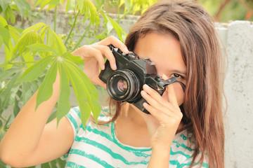 adolescente sacando fotos