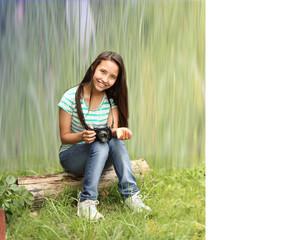 joven mujer sosteniendo la cámara