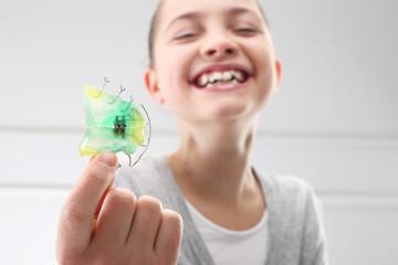 Piękny uśmiech, dziecko z aparatem ortodontycznym