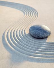 Wall Mural - Stein und Wellen im Sand Hochformat