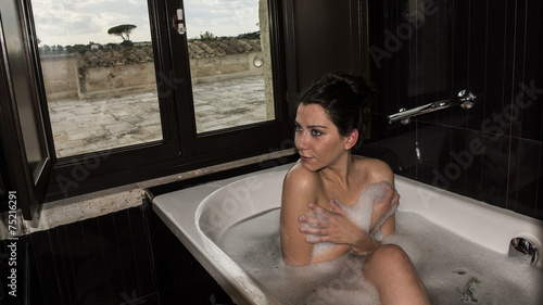 Ragazza in vasca da bagno stock photo and royalty free - Ragazza nuda in bagno ...