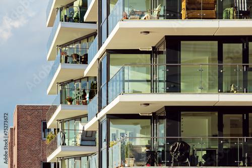 Moderne wohnh user mit balkons stockfotos und for Moderne wohnhauser
