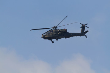 Hélicoptère Apache AH-64D en vol - meeting aérien