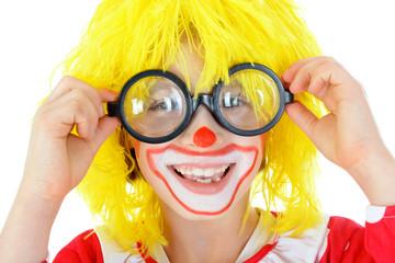 Clown trägt Brille mit dicken Gläsern