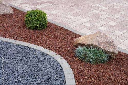 moderner steingarten mit betonpflaster felsen und pflanzen stockfotos und lizenzfreie bilder. Black Bedroom Furniture Sets. Home Design Ideas