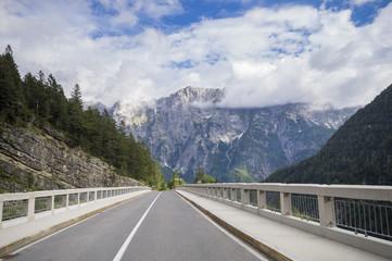 Most nad przełęczą w Alpach
