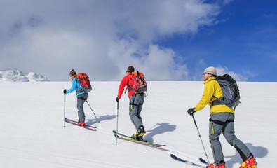 mit Skiern aufwärts