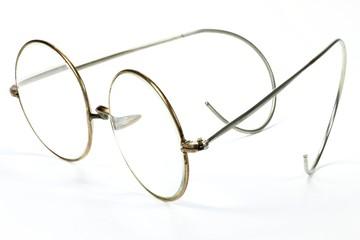 alte Nickelbrille isoliert auf weißem Hintergrund