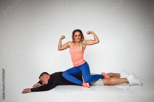 Frau hebt trägt mann