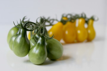 Group of green and yellow tomatoes.