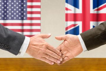 Vertreter der USA und Großbritanniens reichen sich die Hand