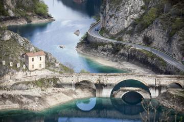 Lago di San Domenico, a Villalago Aquila, ponte e diga