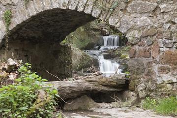 un ponte alle Cascate di monte gelato