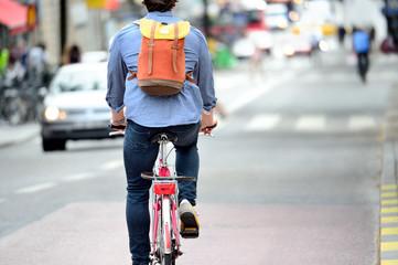 Fototapete - Commuter on bike in traffic