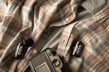 服の上のカメラとフィルム