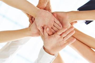 Viele Hände bilden Stapel zur Motivation