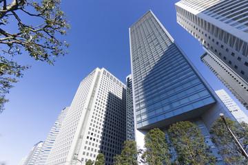快晴青空 品川高層ビル群を見上げる