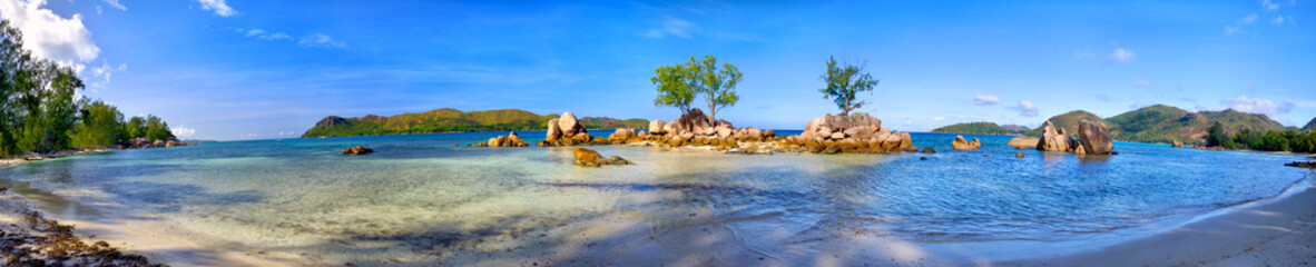 Wall Mural - Tropical beach panorama in Praslin Island, Seychelles