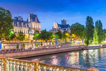 Autocollant pour porte Fontaine Summer night along Seine River - Paris
