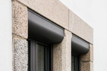 Zwei Fenster mit Vorbaurollläden im Detail