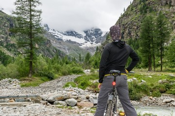 Cyclist posing in a mountain valley