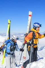 anstrengender Aufstieg mit Skiern
