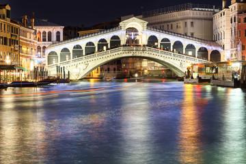 Obraz rialto bridge in venice at night - fototapety do salonu